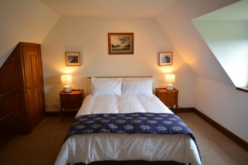 Sleep well in the king-size bedroom